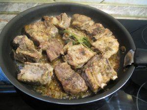 Párolt hús nyeles serpenyőben
