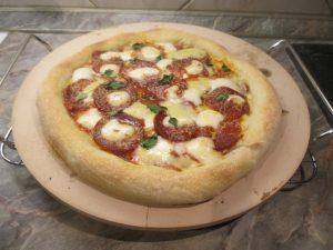 Szalámis pizza sütve