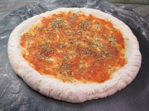 Elősütött pizza paradicsommal, oregánóval