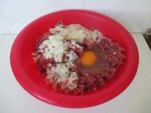 Hagyma, tojás, fűszerek hozzáadása