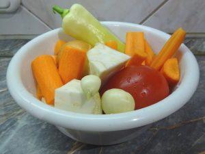 Megtisztított, feldarabolt zöldségek